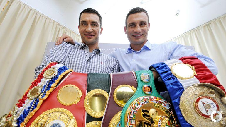 2011 год. Владимир и Виталий КЛИЧКО с чемпионскими поясами. Фото AFP