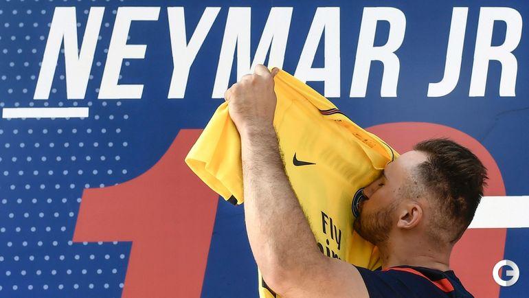 Пятница. Париж. Счастливый болельщик с футболкой бразильца.