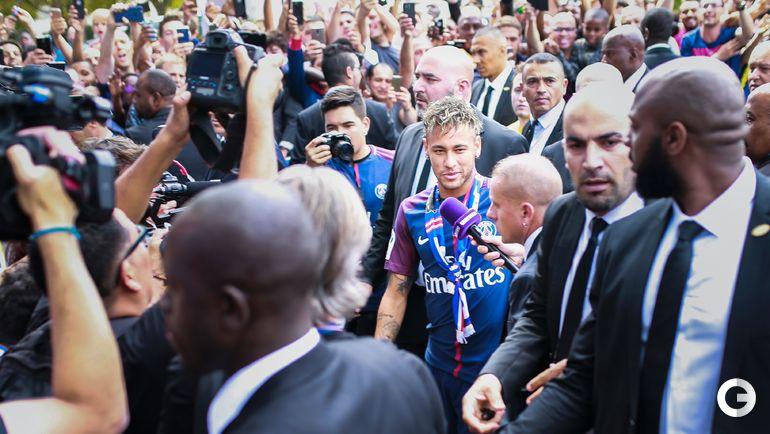 Пятница. Париж. НЕЙМАР отправляется на презентацию в окружении толпы болельщиков, журналистов и охранников.
