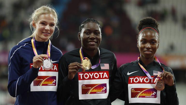 Дарья КЛИШИНА (слева) с чемпионкой мира Бритни РИЗ (в центре) и бронзовым призером Тианной БАРТОЛЕТТОЙ. Фото REUTERS