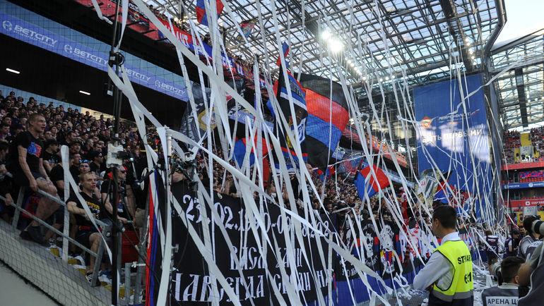 "48-я минута. После гола Марио Пашалича красно-синие отправили на поле тонны бумаги. Фото Александр ФЕДОРОВ, ""СЭ"""