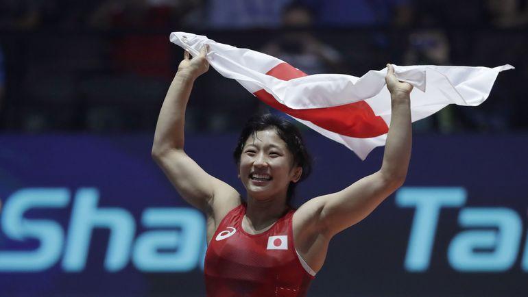 Юи СУСАКИ празднует победу на чемпионате мира в весовой категории до 48 кг. Фото AFP