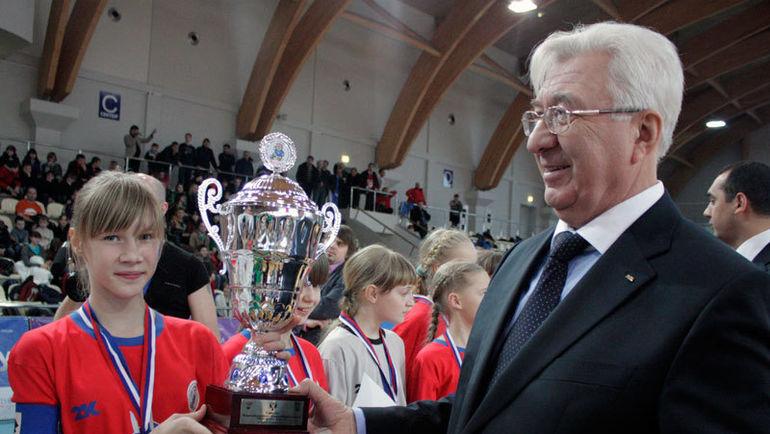 Почетный президент АМФР Семен АНДРЕЕВ награждает победительниц юношеского турнира среди девушек. Фото АМФР