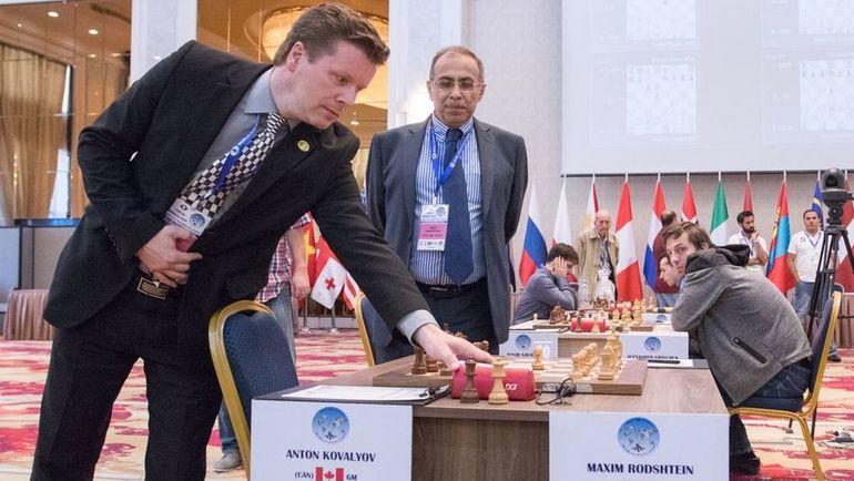 Судьи останавливают часы Ковалева после того, как он не вернулся. Фото Maria Emelianova, chess.com