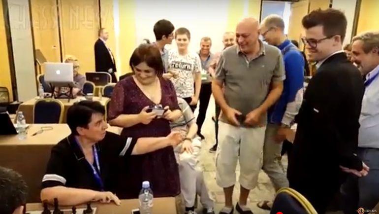 Зураб АЗМАЙПАРАШВИЛИ (в центре) на одном из мероприятий в рамках Кубка мира. Фото YouTube.com