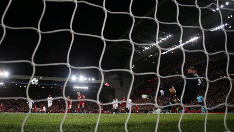 """Вчера. Ливерпуль. """"Ливерпуль"""" - """"Севилья"""" - 2:2. 42-я минута. Удар РОБЕРТУ ФИРМИНУ с 11-метрового в штангу. Фото REUTERS"""