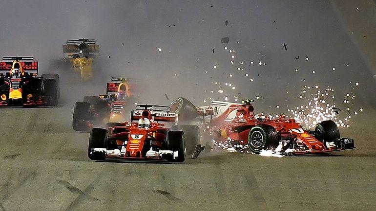 Воскресенье. Сингапур. Столкновение болидов Кими РАЙККОНЕНА (справа) и Себастьяна ФЕТТЕЛЯ на старте гонки. Фото AFP
