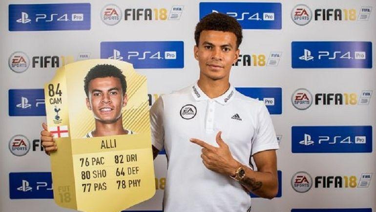 Деле Алли со своей карточкой FIFA 18. Фото Daily Mirror