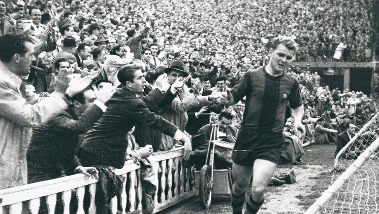 Шварценеггер побывал вгостях у«Барселоны» иполучил футболку вподарок
