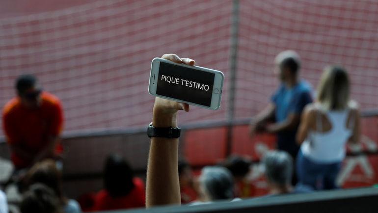 У болельщиков, посетивших тренировку, отбирали плакаты  с оскорблениями в адре Пике, но это остановило не всех. Фото REUTERS