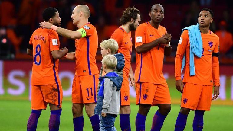 Вчера. Амстердам. Голландия - Швеция - 2:0. Команда Дика Адвоката не смогла совершить чудо, победить соперника с разницей в семь мячей, а Арьен РОББЕН завершил карьеру в сборной. Фото AFP