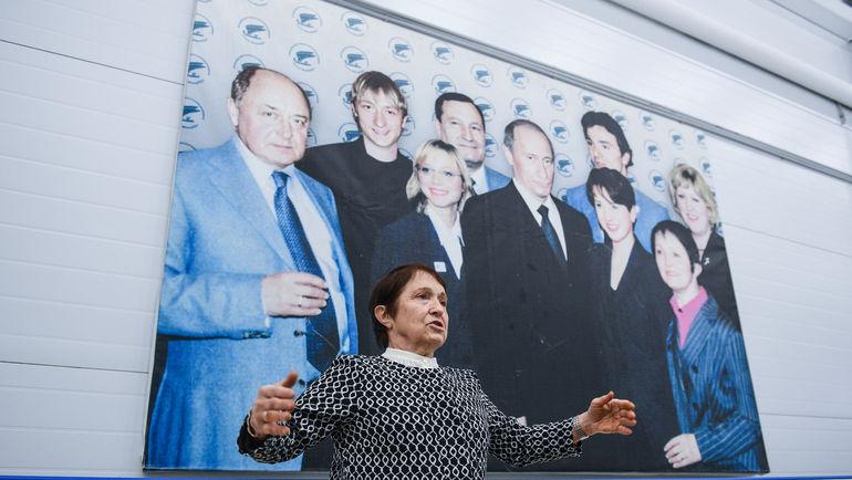 """Тамара МОСКВИНА и плакат с ледовыми чемпионами. Фото Дарья ИСАЕВА, """"СЭ"""""""