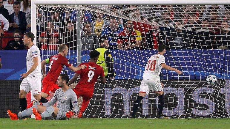 ЗЕ ЛУИШ (№9) забивает гол в ворота испанцев. Фото AFP
