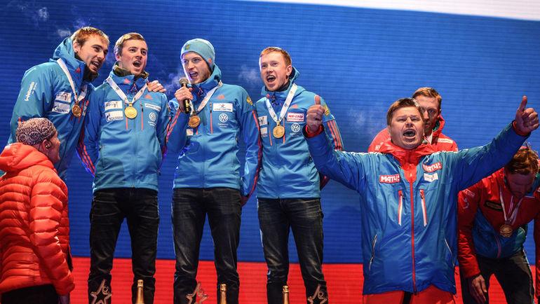 Дмитрий ГУБЕРНИЕВ (справа) прекрасно знает, как исполнять гимн России, даже если его не включают на стадионе. Фото Герман МОРОЗОВ/СБР