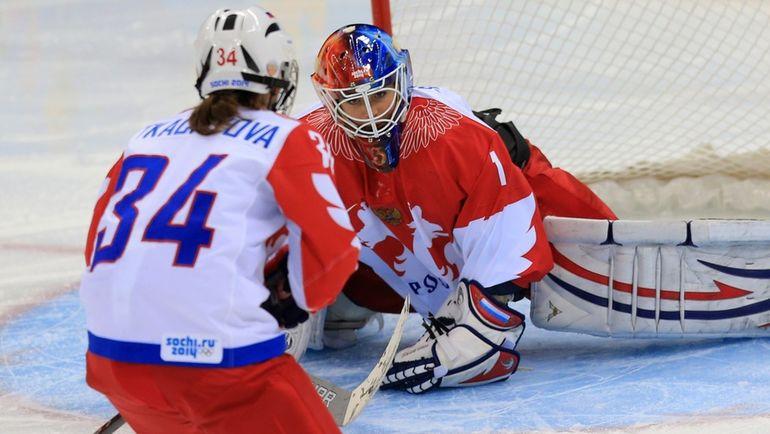 15 февраля 2014 года. Сочи. Швейцария - Россия - 2:0. Светлана ТКАЧЕВА (№34) и Анна ПРУГОВА. Фото ИТАР-ТАСС