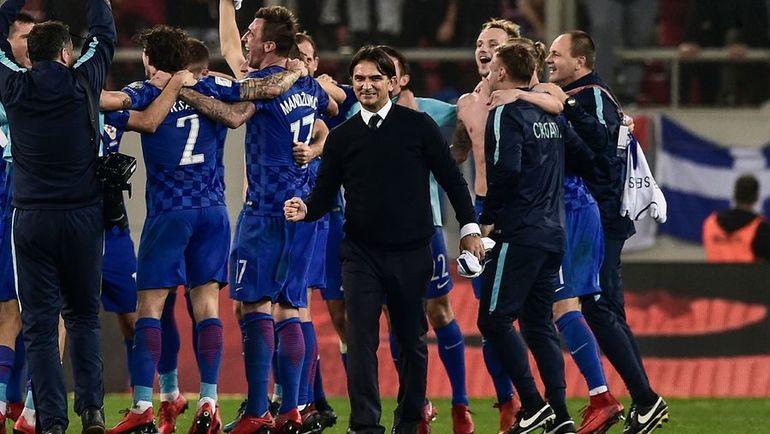 Главный тренер сборной Хорватии Златко ДАЛИЧ празднует с игроками своей команды выход в финальную часть чемпионата мира. Фото AFP