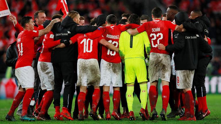 Воскресенье. Базель. Швейцария - Северная Ирландия - 0:0. Радость швейцарцев после матча, результат которого вывел их в финальную часть чемпионатов мира. Фото AFP