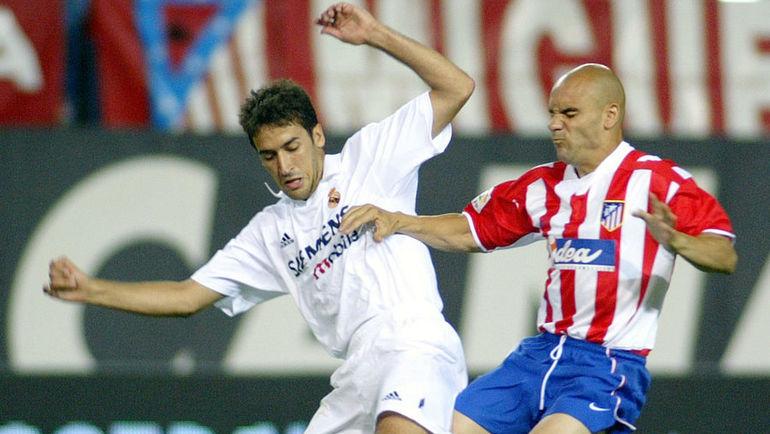 """15 июня 2003 года. """"Атлетико"""" - """"Реал"""" - 0:4. РАУЛЬ (слева) в борьбе с Хосе Марией МОВИЛЬЕЙ."""