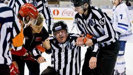 Канадец травмировал судью. Был ли злой умысел?