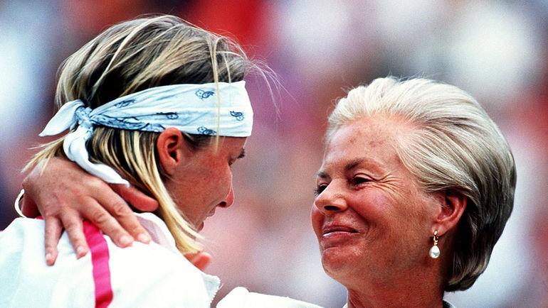 1993 год. Герцогиня Кентская Кэтрин утешает Яну НОВОТНУ после финала Уимблдона. Фото ESPN