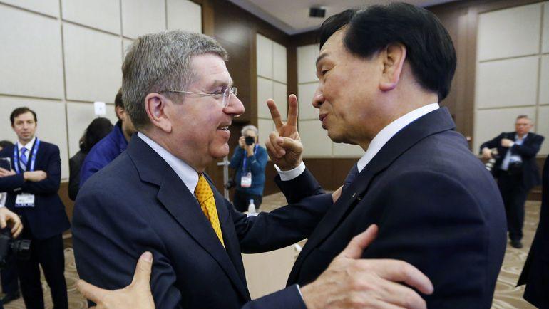 ЧИНГ КУО ВУ (справа) и Томас БАХ. Фото REUTERS