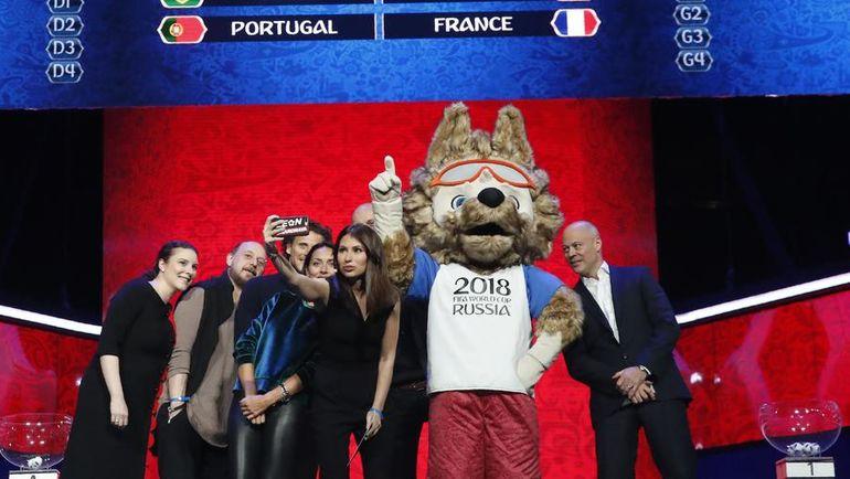 Мария КОМАНДНАЯ и участники жеребьевки чемпионата мира-2018. Фото REUTERS