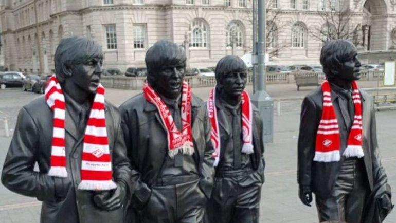 Болельщики «Спартака» украсили памятник легендарной группы «Битлз» красно-белыми шарфами.