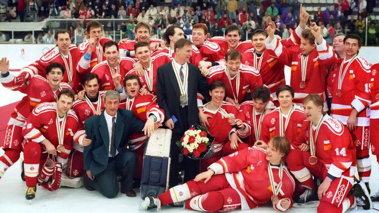 В последний раз наша национальная команда выигрывала хоккейный турнир Олимпиады в 1992 году - без своего флага и гимна. Фото Игорь УТКИН и Александр ЯКОВЛЕВ/ИТАР-ТАСС