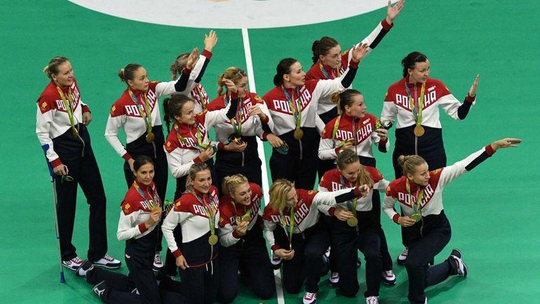 Сборная России на Играх-2016 победила под своим флагом и слушала национальный гимн. МОК допустил российских спортсменов до участия в зимней Олимпиаде-2018 только под нейтральным флагом. Фото AFP