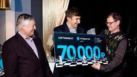 Карякин и Карпов провели сеанс одновременной игры на шахматном турнире