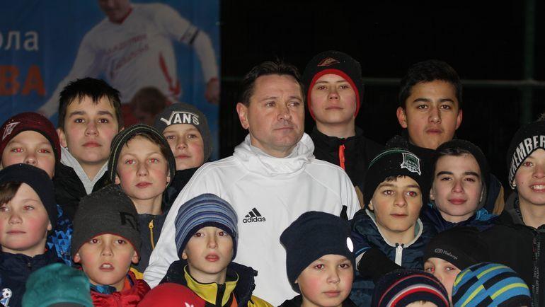 Дмитрий АЛЕНИЧЕВ и юные футболисты его академии. Фото Динара КАФИСКИНА