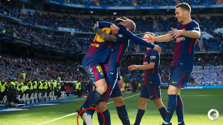 """Сегодня. Мадрид. """"Реал"""" - """"Барселона"""" - 0:3. Лионель МЕССИ перед третьей голевой атакой потерял правую бутсу. И отдал пас левой ногой."""