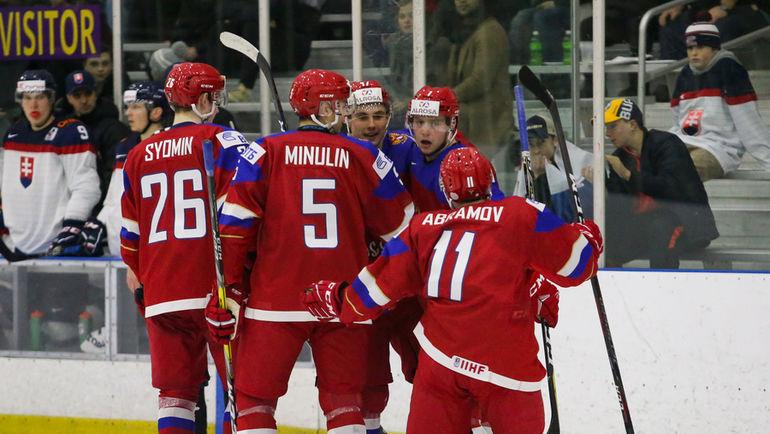 Владислав СЕМИН (слева), Артем МИНУЛИН (в центре) и Виталий АБРАМОВ едут на МЧМ-2018. Фото ФХР