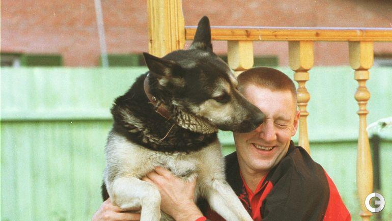 Лучший футболист РФПЛ 1999 года Андрей ТИХОНОВ и его собака.