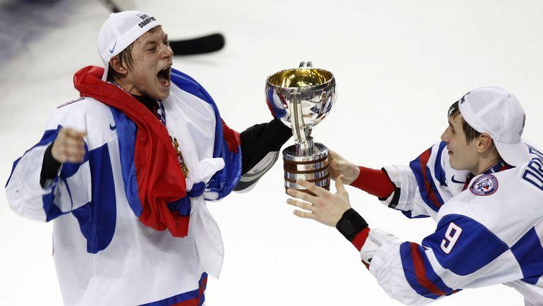 Владимир ТАРАСЕНКО (слева) и Дмитрий ОРЛОВ с кубком за победу на молодежном чемпионате мира-2011. Фото REUTERS