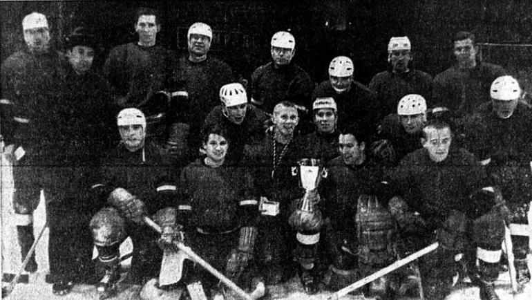 """1967 год. Хоккеисты """"Локомотива"""" с трофеем. Фото ice-hockey-stat.com"""