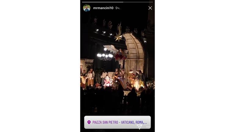 Роберто МАНЧИНИ и ватиканская елка. Фото instagram.com/