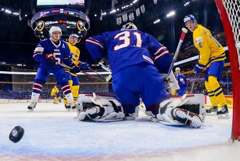 Сборная Швеции обыграла команду США в 1/2 финала молодежного чемпионата мира. Фото ИИХФ