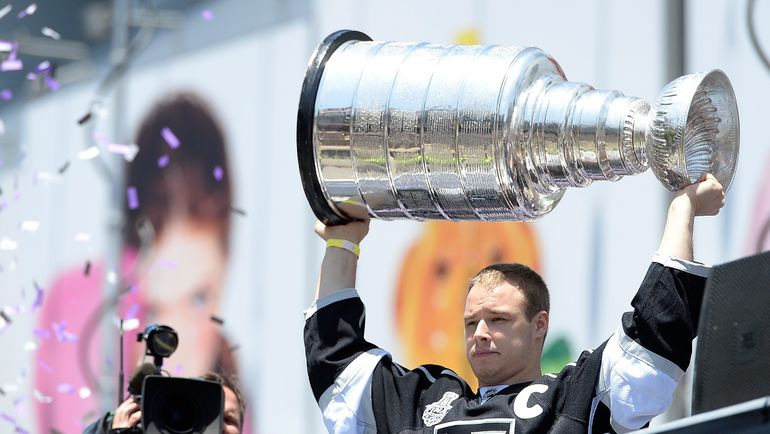 Дастин БРАУН с кубком Стэнли на чемпионском параде-2014. Фото AFP