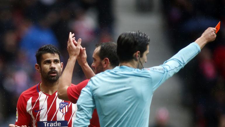 ...и получил красную карточку. Фото AFP