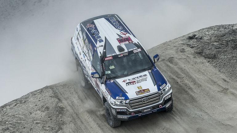 Кристиан Лавиэль выиграл второй этап кряду и уверенно возглавляет зачет T2, Toyota Land Cruiser 200 Акиро Миуры на втором месте.