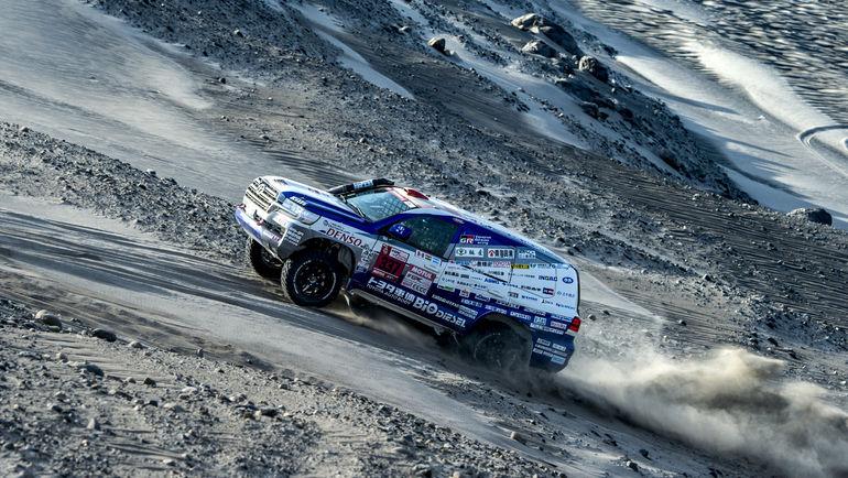Акира Миура и его Toyota Land Cruiser 200 продолжают лидировать в классе серийных автомобилей.