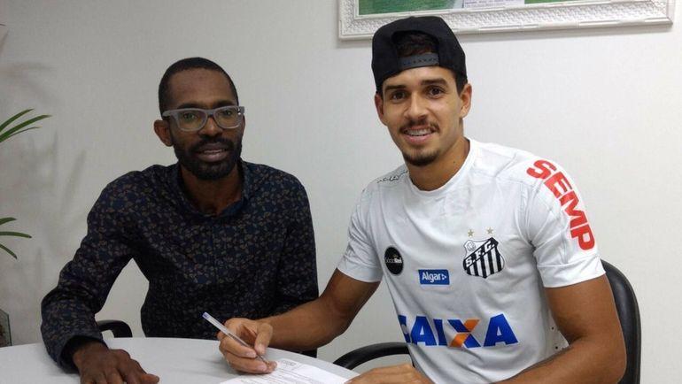 """Защитник """"Сантоса"""" Лукас ВЕРИССИМО (справа) и один из его агентов. Фото adie.com.br"""