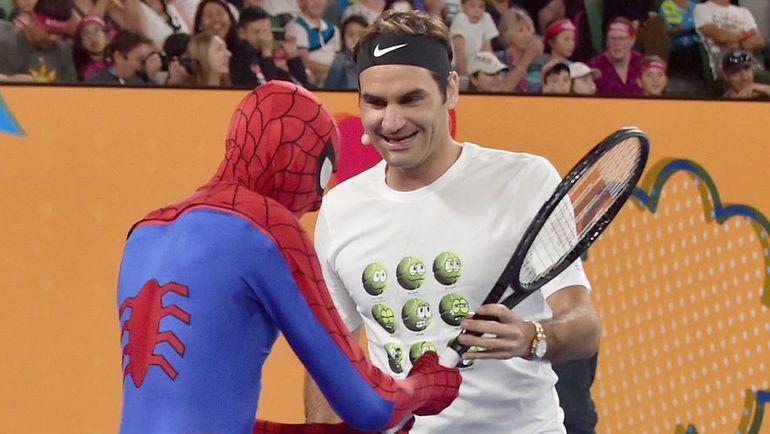 """Суббота. Мельбург. """"Детский день"""" на Australian Open. Роджер ФЕДЕРЕР (справа) и Человек-паук."""