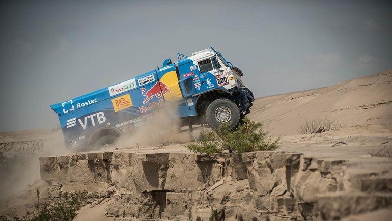 Эдуард Николаев сохраняет уверенное лидерство в категории грузовиков. Ближайшего преследователя российский КАМАЗ опережает почти на 50 минут.