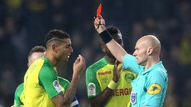 Французский судья ударил футболиста. Почему он это сделал?