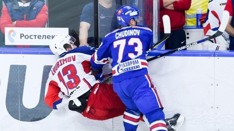 Максим ЧУДИНОВ (№73, СКА) и Роман ЛЮБИМОВ (№13, ЦСКА). Фото ХК СКА