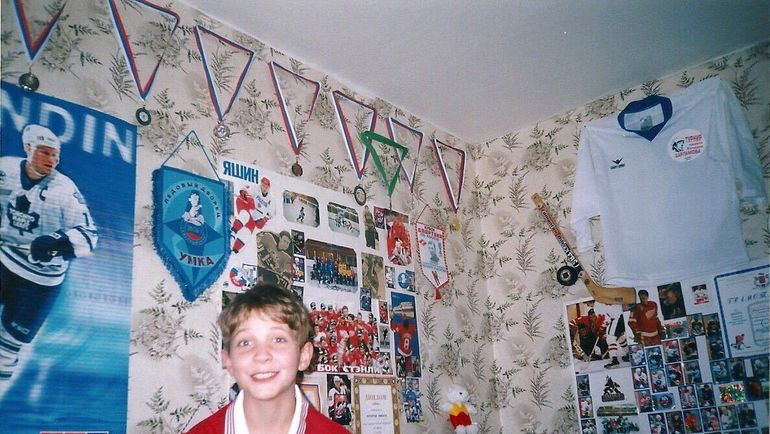 Вся стена в детской комнате Никиты КУЧЕРОВА была обклеена хоккейными постерами и вымпелами. Фото из архива семьи Кучеровых
