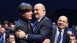 Теплое приветствие Черчесова и Лева на жеребьевке Лиги наций