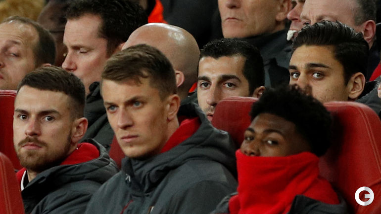 """Вчера. Лондон. """"Арсенал"""" - """"Челси"""" - 2:1. Генрих МХИТАРЯН наблюдает за игрой с трибуны."""